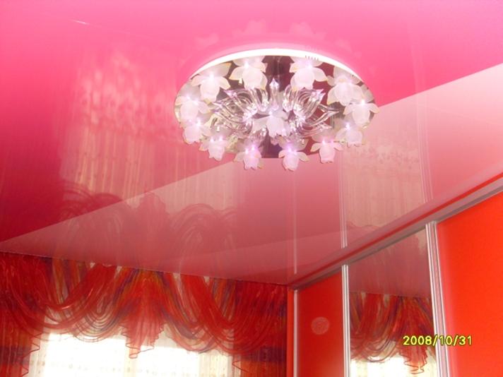 Натяжные потолки комбинация двух цветов